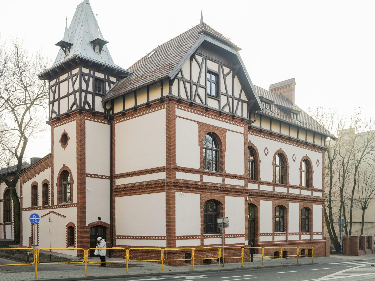 Zdjęcie przedstawiające elewację budynku przy ul. Dąbrowskiego 7