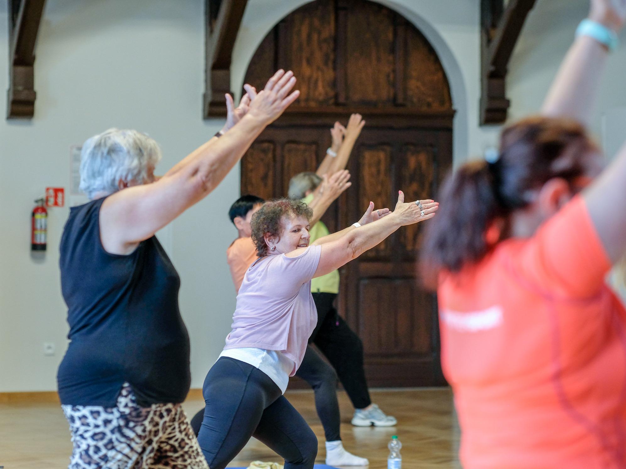 Zdjęcie przedstawiające grupę seniorów podczas ćwiczeń