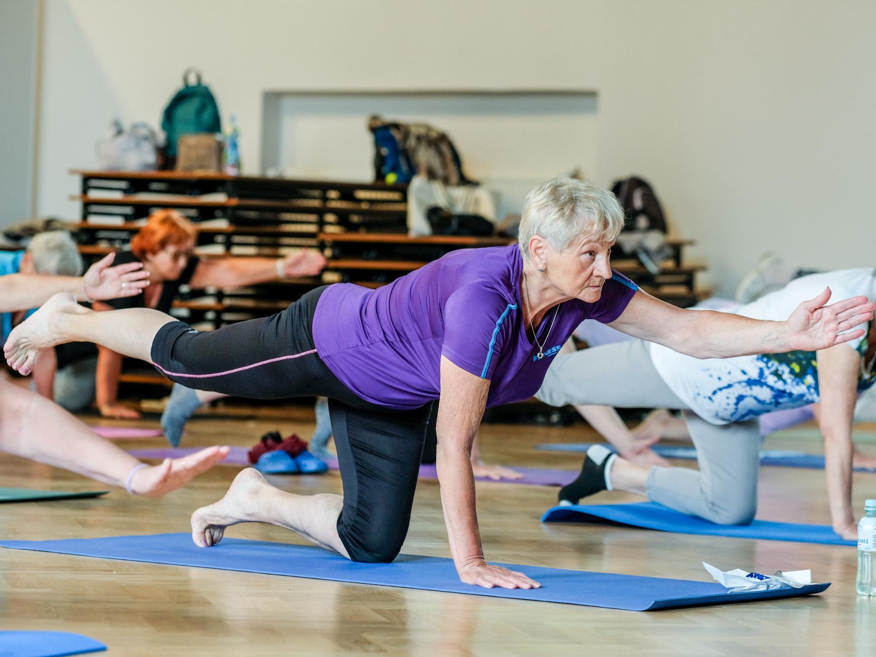 Zdjęcie przedstawiające seniorkę podczas ćwiczeń