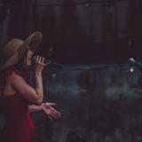 Zdjęcie przedstawiające wokalistkę podczas koncertu