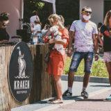 Zdjęcie przedstawiające kolejkę do znajdującej się na świeżym powietrzu kasy Kraken Restopub