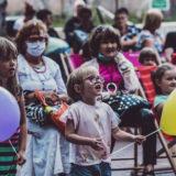 Zdjęcie przedstawiające grupę osób - dorosłych oraz dzieci