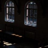 Zdjęcie przedstawiające salę widowiskową Centrum Integracji Międzypokoleniowej w południowym oświetleniu
