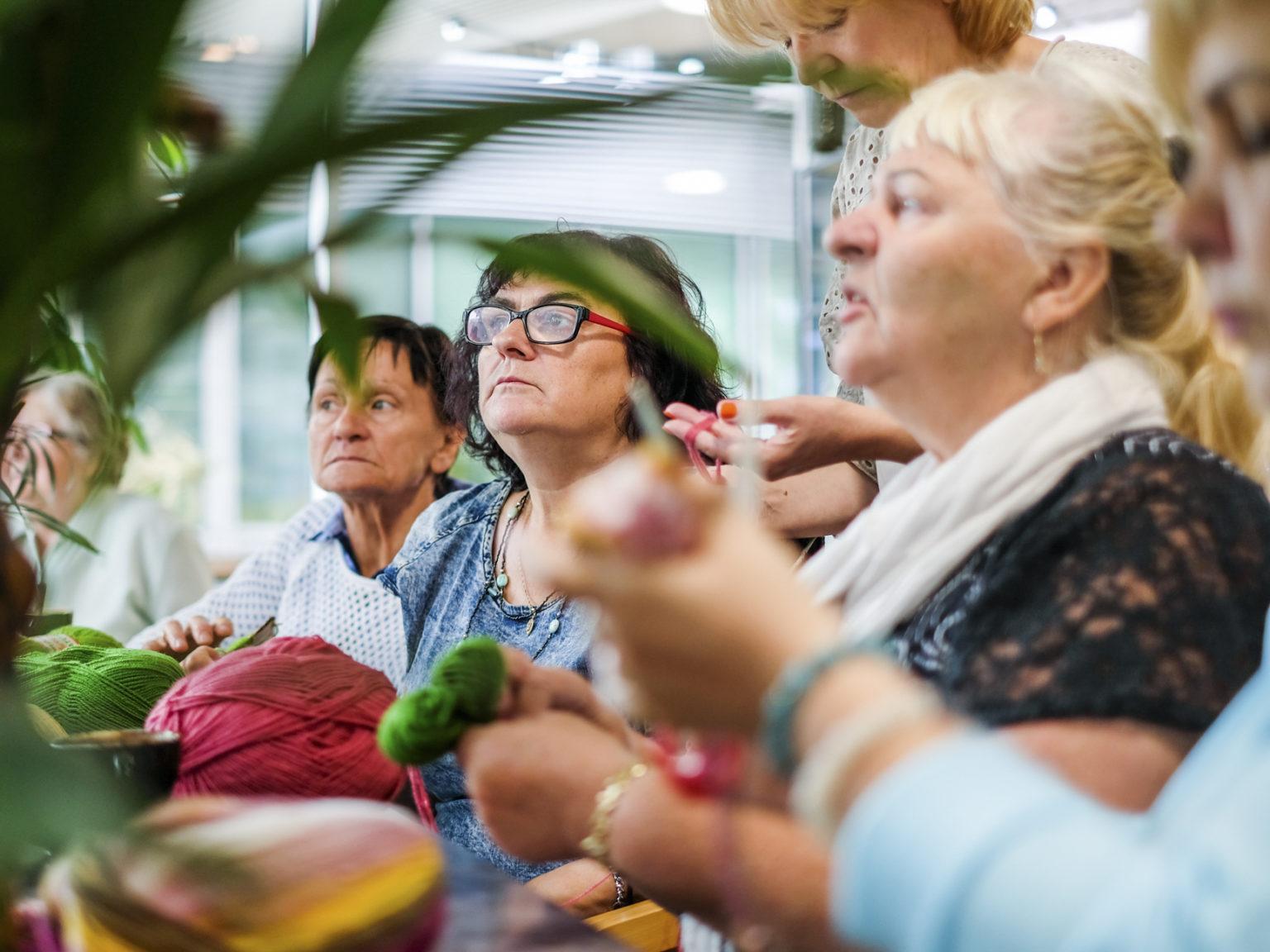 Zdjęcie przedstawiające seniorki podczas zajęć manualnych