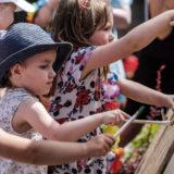 Zdjęcie przedstawiające dzieci podczas malowania