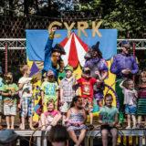 Zdjęcie grupowe dzieci oraz artystów teatru dziecięcego