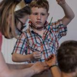 Zdjęcie przedstawiające dzieci podczas zajęć artystycznych