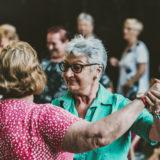 Zdjęcie przedstawiające tańczących seniorów
