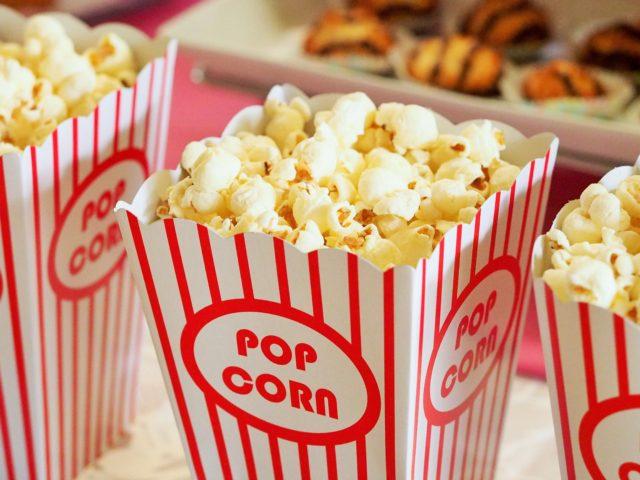 Zdjęcie przedstawiające kubek pełen popcornu
